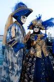 Paare in den Kostümen auf venetianischem Karneval lizenzfreies stockfoto