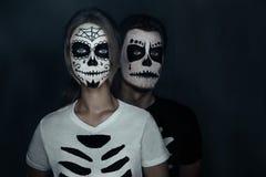 Paare in den Kostümen von Skeletten Lizenzfreie Stockfotos