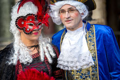 Paare in den Masken auf venetianischem Karneval 2014, Venedig, Italien Lizenzfreie Stockbilder