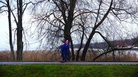 Paare in den romantischen Wegen der Liebe entlang der Promenade stock video footage
