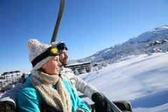 Paare an den Skifeiertagen, die zur Spitze anbringen lizenzfreies stockfoto