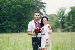 Paare in den ukrainischen Kostümen Lizenzfreie Stockfotos