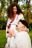 Paare in den ukrainischen nationalen Kostümen lizenzfreie stockbilder