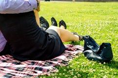 Paare in den Vierzigern, die auf dem Park sich entspannen Stockfotos