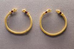 Paare der alten Goldarmbänder Lizenzfreies Stockfoto