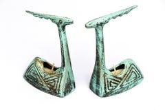 Paare der antiken Töpferwarenkerzenhalter stockbilder