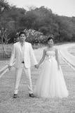 Paare der asiatischen Leute in der Hochzeit entsprechen Stellung Lizenzfreie Stockbilder