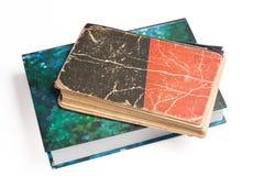 Paare der Bücher, neu und alt, auf Weiß Lizenzfreie Stockfotografie