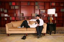 Paare in der Bibliothek Lizenzfreies Stockbild