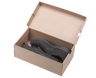Paare der braunen ledernen Schuhe in einem Kasten. Stockfotografie