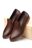 Paare der braunen männlichen Schuhe vor Erscheinenkasten Lizenzfreies Stockbild