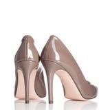 Paare der braunen weiblichen Schuhe des hohen Absatzes Stockbilder