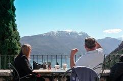 Paare in der Caféterrasse lizenzfreie stockfotos
