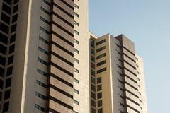 Paare der Doppelbürohoher gebäude mit einem gelben und braunen façade Lizenzfreie Stockfotos