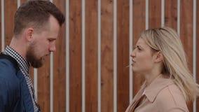Paare der erwachsenen Liebhaber schwören draußen, Frau drückt ihren Freund