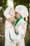 Paare in der ethnischen Kleidung draußen lizenzfreie stockfotos