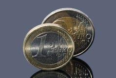Paare der Euromünzen auf grauem Hintergrund Lizenzfreies Stockfoto