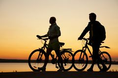 Paare der Fahrräder auf Sonnenuntergang Stockbild