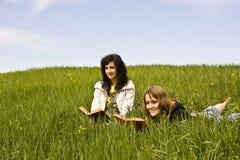 Paare der Freunde, die ein Buch genießen Lizenzfreies Stockbild