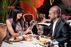 Paare an der Gaststätte lizenzfreies stockbild