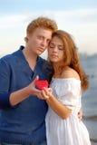 Paare der Geliebter Mann stellt Blume dar stockbilder