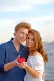 Paare der Geliebter Mann stellt Herz dar lizenzfreie stockbilder
