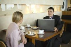 Paare der Geschäftsleute am Tisch Lizenzfreies Stockfoto