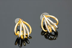 Paare der goldenen Ohrringe Lizenzfreies Stockfoto