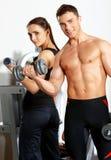 Paare an der Gymnastik Stockfotos
