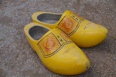 Paare der hölzernen Schuhe (Klötze) - klompen Stockbild