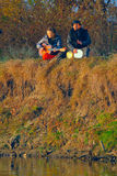 Paare der jungen Musiker, die im Boden sitzen Stockfotografie