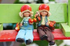 Paare der Jungen- und Mädchenpuppe, meine Puppe in meinem Garten Stockbild