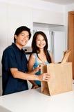 Paare in der Küche lizenzfreie stockbilder