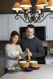 Paare in der Küche. lizenzfreies stockbild