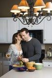 Paare in der Küche. lizenzfreie stockfotografie