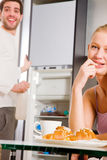 Paare in der Küche, die frühstückt Stockbilder