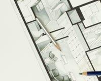 Paare der künstlerischen Zeichnung zeichnen auf authentischem Immobiliengrundrissgraphikmaterial an Lizenzfreie Stockfotos