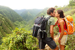 Paare in der küssenden Liebe beim Wandern auf Hawaii Lizenzfreie Stockfotos