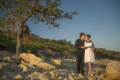 Paare an der Küste Stockfotos