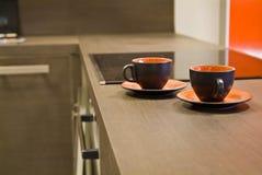 Paare der keramischen Cup auf der Tabelle Lizenzfreie Stockfotografie