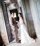 Paare an der Kirche stockfotos