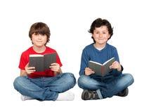 Paare der Kursteilnehmerkinder mit einem Buch Stockbilder