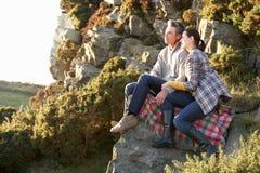 Paare in der Landschaft Stockbilder