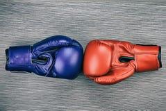 Paare der ledernen Boxhandschuhe auf hölzernem Hintergrund Rot und Blau lizenzfreie stockfotos