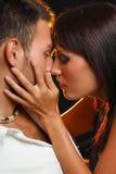 Paare in der Liebe über dunklem Hintergrund Lizenzfreies Stockbild