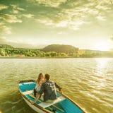 Paare in der Liebe auf dem Boot - küssend Lizenzfreie Stockbilder