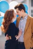 Paare in der Liebe auf dem Hintergrund der Frühlingsstadt Stockbild