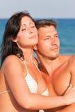 Paare in der Liebe auf Meer Stockbilder