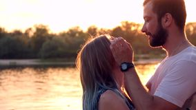 Paare in der Liebe auf Strand stock video