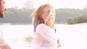 Paare in der Liebe auf Strand stock video footage